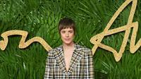 Agyness Deyn mengenakan busana keluaran Burberry di The Fashion Awards 2017, London. (Liputan6.com/Pool/Burberry)