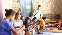 Melalui program wirausaha, kelompok tenun ibu-ibu dan gadis muda mulai terbentuk. Berkat binaan Astra, banyak perempuan desa yang putus sekolah memilih bergabung di kelompok tenun. (Liputan6.com/ Ola Keda)