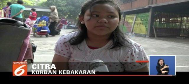 Citra, siswi SD korban kebakaran di Sunter Agung, Jakarta Utara ini hanya bisa pasrah, lantaran tak bisa ikut bergabung bersama teman-teman di hari pertama sekolah.