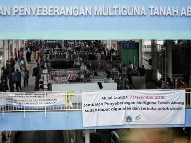 Pedagang berjualan di Jembatan Penyeberangan Multiguna (JPM) atau Skybridge Tanah Abang, Jakarta, Rabu (23/1). Ombudsman DKI Jakarta menyarankan Gubernur DKI Jakarta Anies Baswedan memperluas Skybridge Tanah Abang. (Liputan6.com/Faizal Fanani)