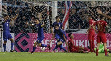 Para pemain Thailand merayakan gol yang dicetak Pansa Hemviboon ke gawang Timnas Indonesia pada laga Piala AFF 2018 di Stadion Rajamangala, Bangkok, Sabtu (17/11). Thailand menang 4-2 dari Indonesia. (Bola.com/M. Iqbal Ichsan)