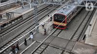 Kereta Commuter Line melintas di Stasiun Jatinegara, Jakarta, Senin (19/10/2020). Mulai hari ini PT KCI memberlakukan jam operasional KRL kembali normal seperti sebelum pandemi Covid-19, yakni mulai pukul 04.00-24.00 WIB. (merdeka.com/Iqbal S. Nugroho)