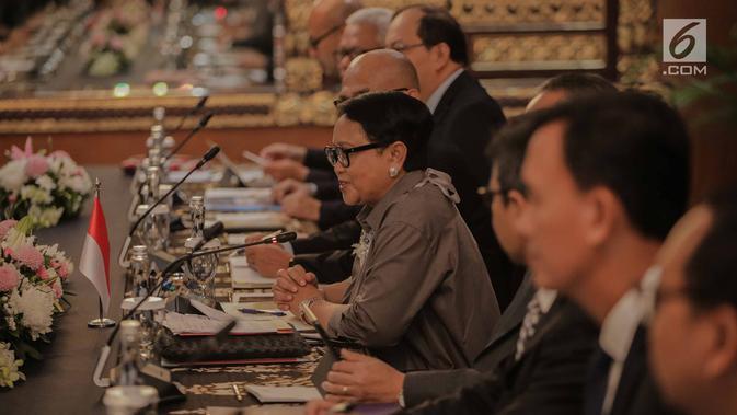 Pertemuan Menlu Retno Marsudi dan Menlu Thailand Don Pramudwinai di Gedung PancasilaKementerian Luar Negeri, Jakarta, Rabu (13/3). Pertemuan membahas upaya penguatan kerja sama bidang ekonomi antara Indonesia dan Thailand. (Liputan6.com/Faizal Fanani)#source%3Dgooglier%2Ecom#https%3A%2F%2Fgooglier%2Ecom%2Fpage%2F%2F10000