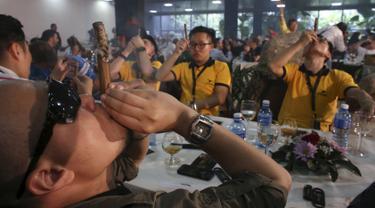 Sejumlah peserta berkompetisi dalam lomba membuat sisa abu cerutu terpanjang di Festival Habanos tahunan XVIII di Havana, Kuba, (3/3) Sejumlah peserta dari beberapa negara mengikuti kompetisi ini. (REUTERS/Alexandre Meneghini)
