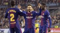 Pemain Barcelona, Lionel Messi, Nelson Semedo dan Ousmane Dembele, merayakan gol ke gawang Celta Vigo pada laga La Liga di Stadion Balaidos, Rabu (18/4/2018). Celta Vigo bermain imbang 2-2 dengan Barcelona. (AP/Lalo R. Villar)