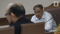 Terdakwa dugaan merintangi pemeriksaan pengadaan E-KTP, Markus Nari menyimak keterangan penyidik senior KPK Novel Baswedan saat sidang lanjutan di Pengadilan Tipikor, Jakarta, Rabu (9/10/2019). (Liputan6.com/Helmi Fithriansyah)