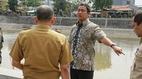 Wali Kota Semarang Hendrar Prihadi, mengajak dinas terkait melohat kesiapan saluran air menampung gelombang pasang rob. (foto: Liputan6.com/edhie prayitno ige)