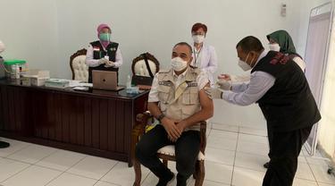 Bupati Ahmad Zaki divaksin Covid-19 di Pendopo Bupati Tangerang, Kamis (14/1/2021).