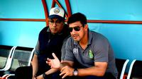 Chairul Basalamah (manajer Persebaya) dan Angel Alfredo Vera (pelatih Persebaya). (Bola.com/Aditya Wany)