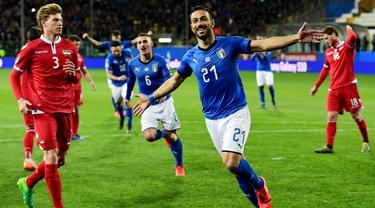 Striker Italia, Fabio Quagliarella, melakukan selebrasi usai membobol gawang Liechtenstein pada laga Kualifikasi Piala Eropa 2020 di Stadion Ennio-Tardini, Selasa (26/3). Italia menang 6-0 atas Liechtenstein. (AFP/Miguel Medina)