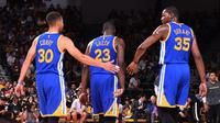 Trio Golden State Warriors, Stephen Curry, Draymond Green, dan Kevin Durant (kiri ke kanan), merayakan kemenangan atas Los Angeles Lakers dalam lanjutan laga pramusim NBA 2016-2017 di San Diego, AS, Rabu (19/10/2016). (Bola.com/Twitter/warriors)