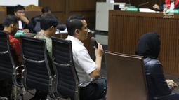 Terdakwa dugaan suap Bakamla, Fayakhun Andriadi menjawab pertanyaan saat bersaksi sidang lanjutan korupsi pengadaan e-KTP dengan terdakwa Irvanto H Pambudi dan Made Oka Masagung di Pengadilan Tipikor, Jakarta, (2/10). (Liputan6.com/Helmi Fithriansyah)
