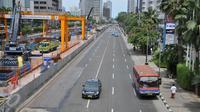 Suasana lalu lintas di kawasan jalan protokol Sudirman-Thamrin, Jakarta, Kamis (24/12). Suasana libur panjang yang dimulai hari ini hingga beberapa hari kedepan membuat sejumlah ruas jalan di Jakarta dan sekitarnya lengang. (Liputan6.com/Gempur M Surya)