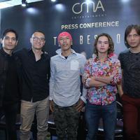 Bertajuk The Best of Dewa 19, konser ini suguhkan formasi era keemasan Bintang Lima. (Daniel Kampua/Fimela.com)