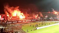 Flare menyala pada laga Bali United versus Persija, Minggu (2/12/2018) di Stadion I Wayan Dipta, Gianyar. (Bola.com/Benediktus Gerendo Pradigdo)