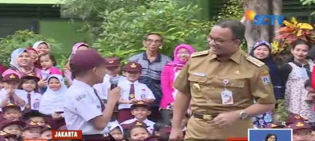 Tinjau hari pertama sekolah, Anies Baswedan disambut pantun oleh seorang siswa di SDN Kampung Melayu 01 Pagi.