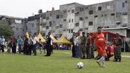 Pemain Persija Oldstar saat bermain di lapangan VIJ, Petojo, Jakarta, Sabtu (16/2). Acara ini rangkaian dari Festival 125 Tahun MH Thamrin. (Bola.com/Yoppy Renato)
