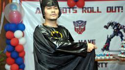 Ditemui di acara ulang tahun Inbek Manajemen,Indra Bekti mengenakan kostum Batman, Jakarta, (22/714), (Liputan6.com/ Panji Diksana)