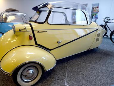 """Foto pada 8 Juli 2020 menunjukkan koleksi mobil klasik """"mini"""" yang dipamerkan di aula rumah lelang Dorotheum di Wina, Austria. Rumah lelang Austria, Dorotheum, di Wina akan mengadakan lelang mobil-mobil klasik """"mini"""" pada Jumat (10/7) mendatang. (Xinhua/Guo Chen)"""