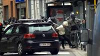Polisi Belgia menangkap Salah Abdeslam, tersangka pelaku pemboman di Paris, di Molenbeek, Brussels, Belgia, (18/3). Abdeslam diamankan setelah tembak-menembak dengan petugas kepolisian di Brussels pada hari Jumat. (REUTERS/VTM)