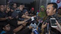 Menpora, Imam Nahrawi, menjawab pertanyaan wartawan saat Anugerah Leganda Olahraga di Hotel Bidakara, Jakarta, Rabu (13/12/2017). Sebanyak 286 atlet masing-masing mendapatkan 40 juta rupiah. (Bola.com/Vitalis Yogi Trisna)