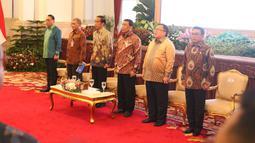 Presiden Joko Widodo bersama jajaran menteri dan Ketua KPK, Agus Rahardjo menyanyikan lagu Indonesia Raya pada acara penyerahan dokumen Strategi Nasional (Stranas) Pencegahan Korupsi di Istana Negara, Jakarta, Rabu (13/3). (Liputan6.com/Angga Yuniar)