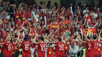 Timnas Vietnam menyapa suporter setelah laga melawan Yaman di Piala Asia 2019 (16/1/2019). (AFP)