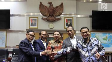 Wakil Ketua DPR Fadli Zon (tengah) foto bersama Pimpinan Komisi I DPR Abdul Kharis (kedua kanan), Satya Widya Yudha (kedua kiri), Asril Hamzah (kiri) dan Hanafi Rais (kanan) usai pergantian pimpinan DPR, Jakarta, Rabu (4/4). (Liputan6.com/Johan Tallo)