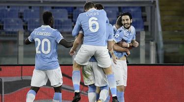 Gelandang Lazio, Luis Alberto (kanan) merayakan gol kedua timnya ke gawang AS Roma bersama rekan setim dalam laga lanjutan Liga Italia Serie A 2020/21 pekan ke-18 di Olympic Stadium, Roma, Jumat (15/1/2021). Lazio menang 3-0 atas AS Roma. (AFP/Filippo Monteforte)