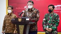 "Menteri Koordinator Bidang Perekonomian Airlangga Hartarto memberi keterangan pers usai Rapat Terbatas ""Penanganan Pandemi COVID-19"" di Istana Kepresidenan Jakarta, Senin (7/6/2021). (Biro Pers Sekretariat Presiden/Rusman & Muchlis)"