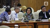 Menteri Keuangan Sri Mulyani (kedua kanan) berbincang saat rapat konsultasi dengan DPR di Ruang Pansus B, Kompleks Parlemen, Jakarta, Senin (16/12). Rapat diikuti oleh Menteri Keuangan, pimpinan DPR, Komisi XI, Komisi VII, dan Banggar. (Liputan6.com/Johan Tallo)