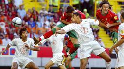 Gol ke-2 Cristiano Ronaldo dicetak pada partai semifinal Euro 2004 melawan Belanda di Jose Alvalade Stadium, Lisbon (30/6/2004). Gol terjadi di menit ke-26 yang membawa Portugal unggul 1-0. Hasil akhir Portugal menang 2-1. (Foto: AFP/Francois Guillot)