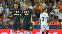 Pemain Juventus, Cristiano Ronaldo bereaksi di sebelah rekan setimnya, Federico Bernardeschi setelah menerima kartu merah saat melawan Valencia pada matchday pertama Grup H Liga Champions, di Stadion Mestalla, Rabu (19/9). (JAVIER SORIANO/AFP)