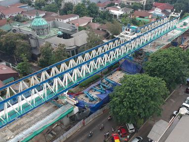 Foto udara memperlihatkan kondisi konstruksi tiang beton Light Rail Transit (LRT) yang roboh di Kayu Putih, Jakarta Timur, Senin (22/1). Proyek LRT rute Kelapa Gading-Velodrome itu dalam rangka menghadapi Asian Games 2018. (Liputan6.com/Arya Manggala)