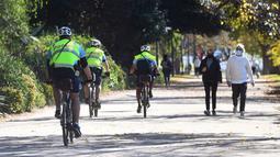 Polisi dengan sepeda berpatroli pada Rabu (2/6/2021). Kota Melbourne dan wilayah lainnya di negara bagian Victoria, Australia, akan mengalami perpanjangan lockdown yang tadinya dijadwalkan berakhir pada Kamis (3/6/2021) malam. (William WEST / AFP)