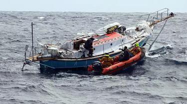 Kapal patroli ikan Prancis, FPV Osiris menemukan dan menyelamatkan pelaut India, Abhilash Tomy di Samudera Hindia, Selasa (25/9). Peserta lomba layar keliling dunia Golden Globe itu mengalami cedera punggung. (HO/AUSTRALIAN MARITIME SAFETY AUTHORITY/AFP)