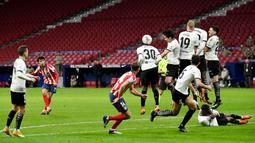 Pemain Atletico Madrid, Joao Felix, melepaskan tendangan saat melawan Valencia pada laga Liga Spanyol di Stadion Wanda Metropolitano, Minggu (24/1/2021). Atletico Madrid menang dengan skor 3-1. (AFP/Pierre Philippe Marcou)