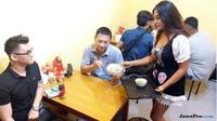 Pengunjung mencicipi menu Kedai Bakmi Janda (JawaPos.com/Dida Tenola)