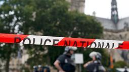 Garis polisi terpasang dekat akses menuju Katedral Notre-Dame di Paris setelah aksi penyerangan, Selasa (6/6). Seorang pria bersenjata palu mencederai satu polisi sebelum dia ditembak dan dilukai oleh petugas lainnya. (AP Photo/Matthieu Alexandre)