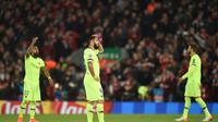 Reaksi bintang Barcelona, Luis Suarez (tengah) setelah timnya disingkirkan Liverpool pada leg kedua semifinal Liga Champions di Anfield, Rabu (8/5/2019). (AFP/Oli Scarff)