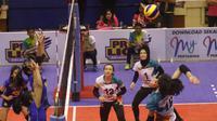 Pemain putri BNI 46 Kongyot Ajcharaporn melepaskan smes yang coba diblok pemain Bandung Bank BJB Pakuan pada laga terakhir putaran pertama Proliga 2019 di GOR C-tra Arena, Bandung, Minggu (23/12/2018). BNI 46 menang 3-1. (foto: PBVSI)