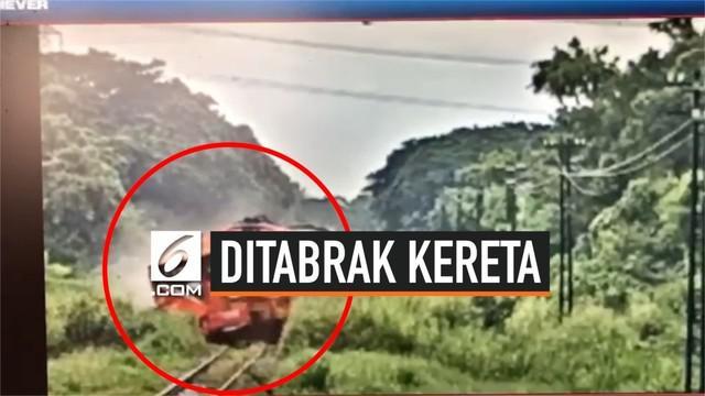 Sebuah kereta di Thailand menabrak sebuah mobil yang tiba-tiba muncul dan ingin menyeberangi rel. Mobil terseret 200 meter dan sopirnya tewas seketika.