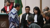 Terdakwa Basuki Tjahaja Purnama atau Ahok berunding dengan tim penasehat hukumnya setelah pembacaan putusan sidang di Kementan, Jakarta, Selasa (9/5). Majelis Hakim menjatuhkan vonis selama dua tahun penjara terhadap Ahok. (Liputan6.com/RAMDANI/Pool)
