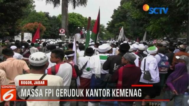 Massa FPI menggiring Ujang dari dalam kantor Kemenag Bogor, menuju ke atas mobil unjuk rasa untuk berbicara sekaligus meminta maaf.