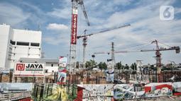 Aktivitas pekerja saat menyelesaikan proyek pembangunan Pasar Senen Blok I dan II, Jakarta, Minggu (15/11/2020). Rencananya, proyek senilai Rp 900 miliar tersebut akan dibangun menjadi kawasan berorientasi transit (TOD) dan ditargetkan rampung pada 2022. (merdeka.com/Iqbal S Nugroho)