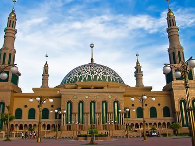 Masjid Islamic Center Samarinda di Kalimantan Timur menjadi salah satu masjid termegah di Indonesia setelah Masjid Istiqlal. Sorotan lampu pada malam hari membuat masjid ini terlihat semakin cantik. (Istimewa)