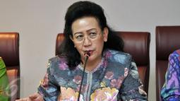 Wakil Ketua DPD RI GKR Hemas saat memberikan keterangan pers di Kompleks Parlemen, Jakarta, (23/5).Konferensi Pers tersebut perihal urgensi dibuat UU Penghapusan Kekerasan Seksual untuk melindungi generasi bangsa. (Liputan6.com/Johan Tallo)