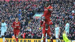Penyerang Liverpool, Sadio Mane melakukan selebrasi usai mencetak gol ke gawang West Ham United pada lanjutan Liga Inggris di Anfield, Inggris (24/2). Liverpool menang telak atas West Ham 4-1. (AP Photo / Rui Vieira)