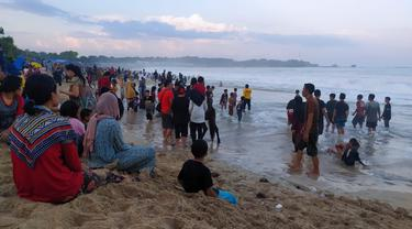 Ribuan pengunjung nampak menyemut berkumpul di bibir pantai Santolo, saat lebaran Idul Fitri beberapa waktu lalu.