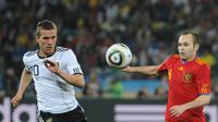 Lukas Podolski (kiri) berjibaku dengan Andres Iniesta di level internasional. (AFP/Gabriel Bouys)